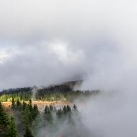de bergwind voert de mist mee